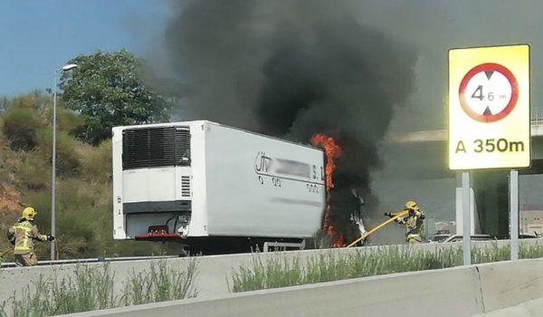 La Bustia camio incendiat A2 Abrera
