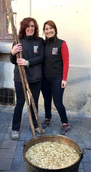 La Bustia Desiree i Anna amb la caldera de Santa Llucia Gelida