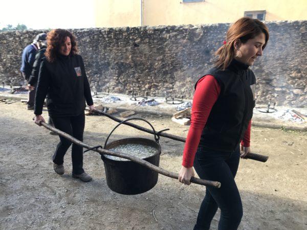 La Bustia dues dones amb la caldera de Santa Llucia Gelida