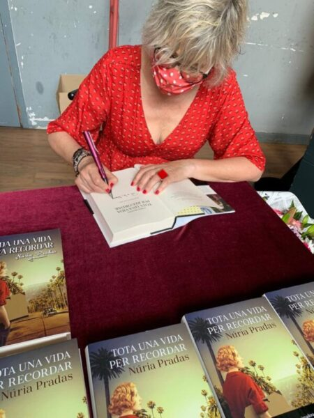 La Bustia signatura llibre Nuria Pradas Sant Esteve