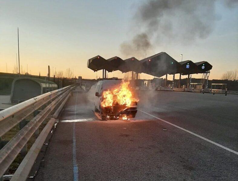 La Bustia un vehicle incendiat a Gelida