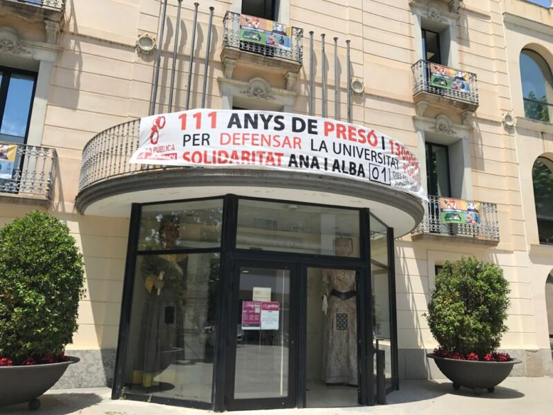 La Bustia pancarta Olesa Ana Algarra i Alba Montfort